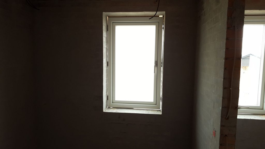 Stort badeværelse, vindue skal fungere som nødudgang i tilfælde af brand